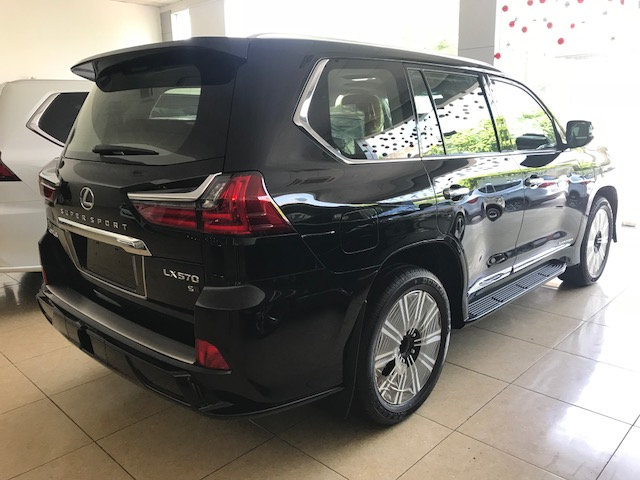 Lexus LX570 Super Sport S 2019 màu đen, nội thất nâu da Bò, xe xuất Trung Đông mới 100%