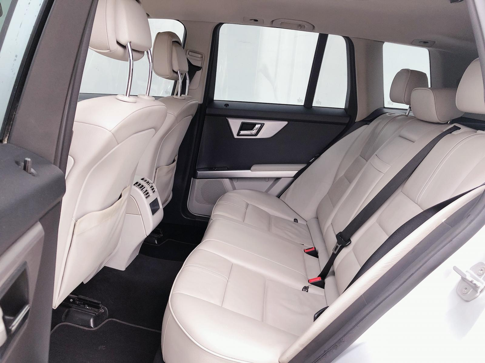 Cần bán lại xe Mercedes GLK 300 đời 2010, màu bạc, số tự động, 575 triệu