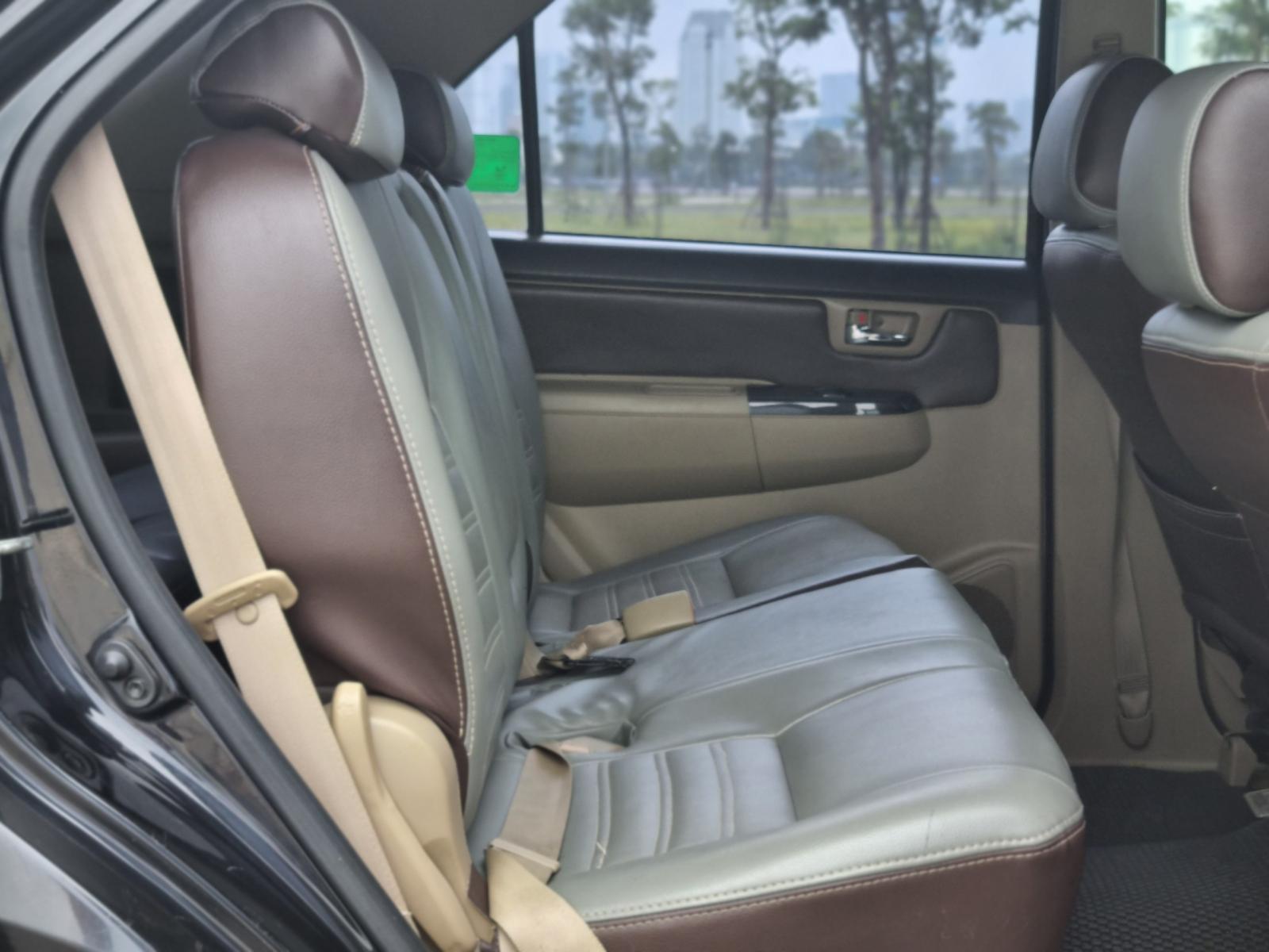 Cần bán gấp Toyota Fortuner 2016, màu đen, số sàn, giá 715tr