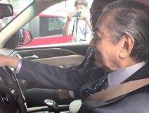Thủ tướng Malaysia lái thử xe VinFast tại Việt Nam tấm tắc khen